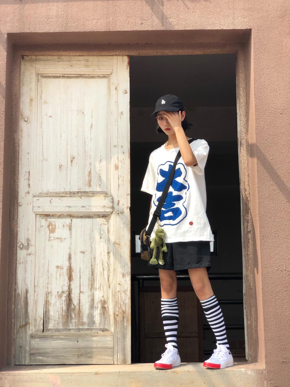 #韩系网红风,也太太太好看了!#  超有趣的大吉印花短袖T恤噢 我日常穿着频率也是超高的呀 夏天穿白t就是清凉🆒又透气舒服呀