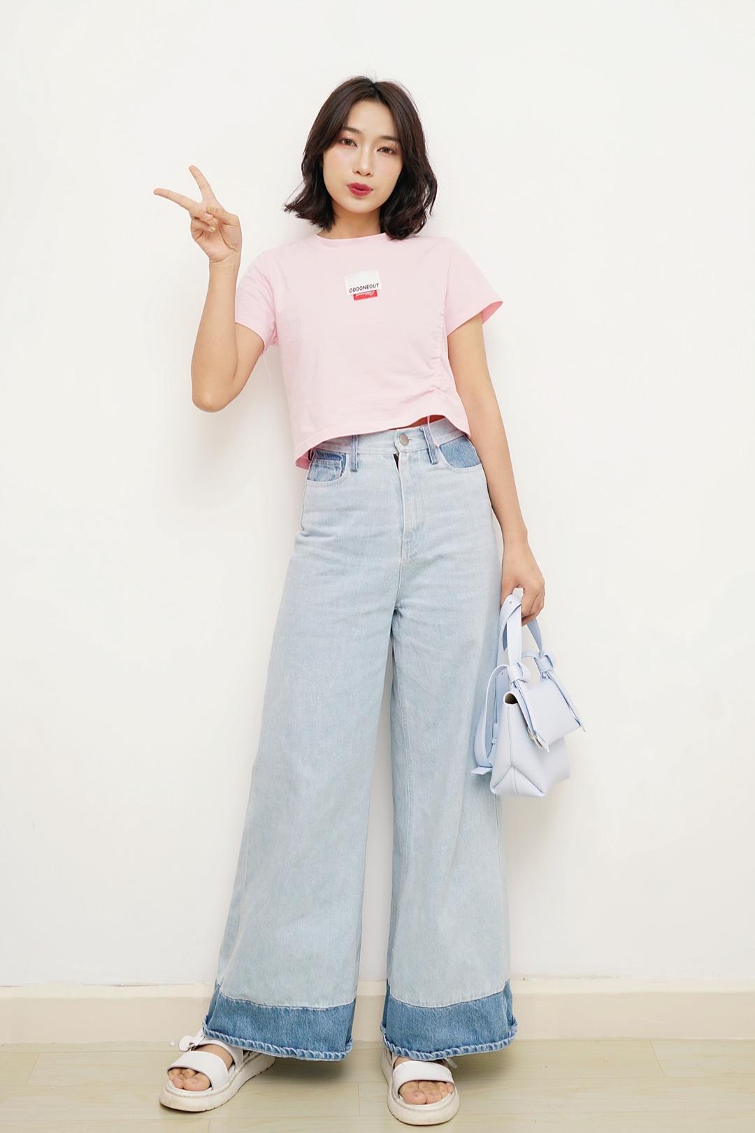 #韩系网红风,也太太太好看了!# 今天分享一款韩系穿搭~ 粉色上衣超级萌,短款非常适合搭配高腰裤,一边抽绳的设计,心机地露出一点小蛮腰,小性感~ 搭配的是我最爱的一条阔腿裤,浅色非常适合夏天,版型也非常好,简直是粗腿梨型妹子身材福音,遮肉神器呀,配上短t,轻松穿出女神比例! 最后配上新买的粉蓝色包包,简直不要太萌!非常像ins上的韩系网红哦,少女感满满的!