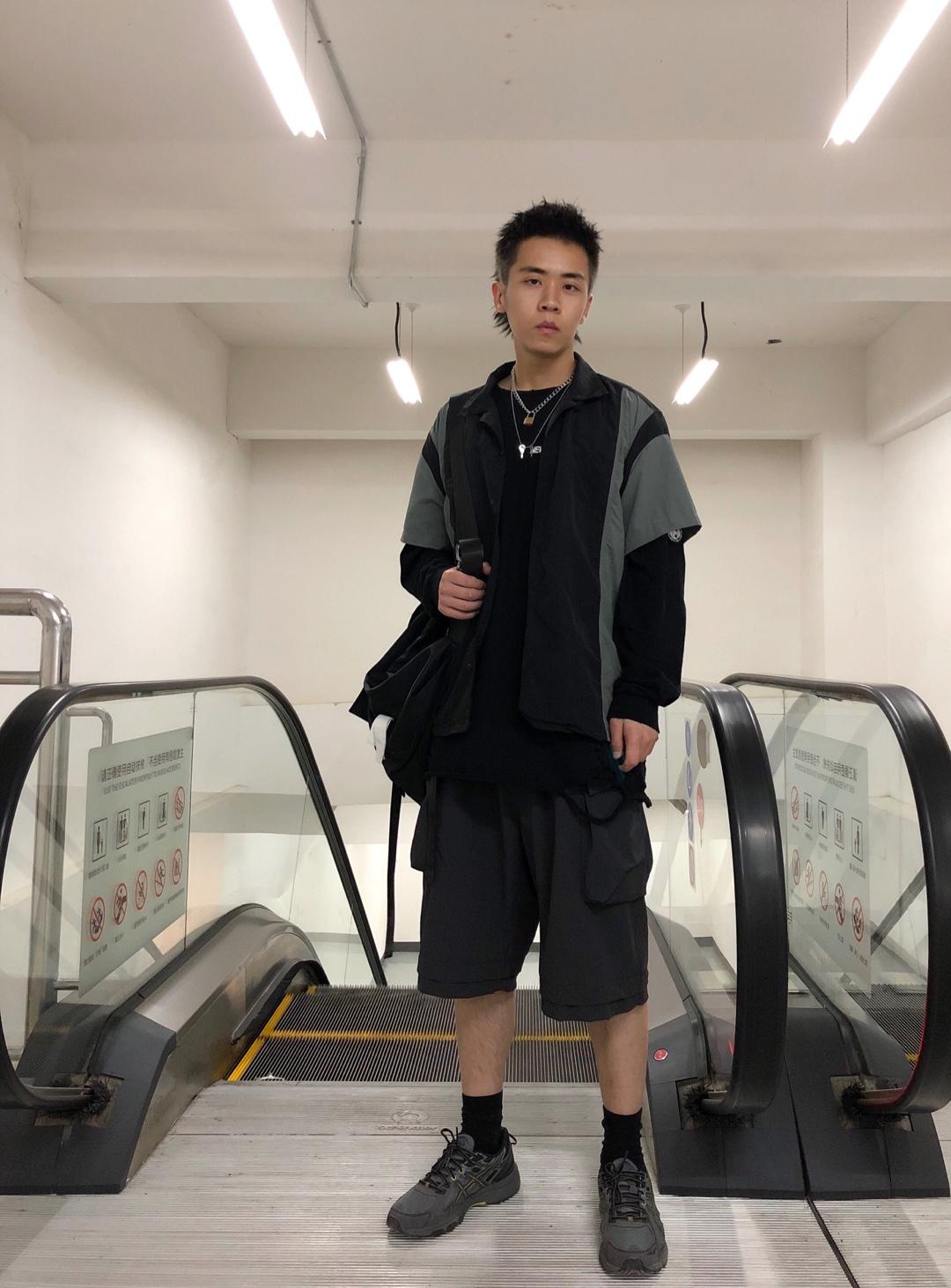 上衣:WhoseTrap 短裤:WhoseTarp 鞋子:Asics  整体选择了比较深沉的黑灰色,所以索性将上下统一起来,短裤也是一上衣做了呼应,不只是单纯的上下呼应,全身所有的单品都是为了整体去营造。背包也是直接选择了黑色机能的风格,包括鞋子,灰色的asics,这也是一种穿搭方法,就是不整齐的统一,颜色上相近,但是款式上的层次感也可以让整体复杂起来。#好看易学的温柔风穿搭模板!#