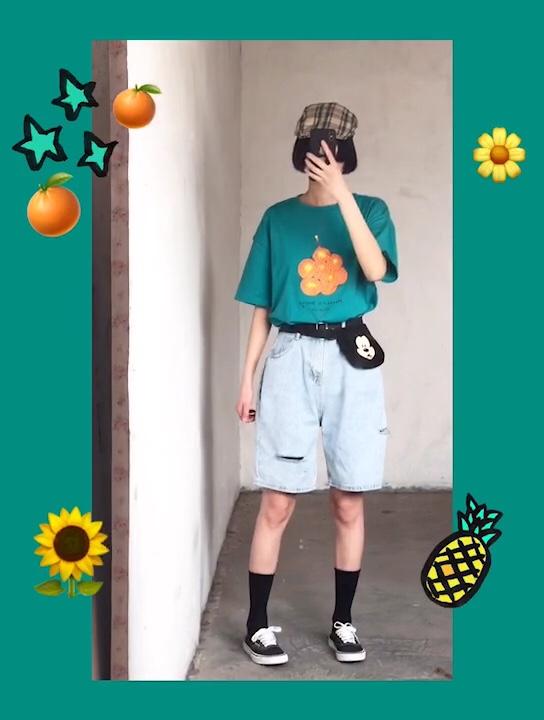 #必备短t,轻松穿出女神比例#   湖蓝色t恤,冰淇淋色显得人青春活力 适合夏天穿,配上高腰牛仔五分裤 适合学生夏日穿搭
