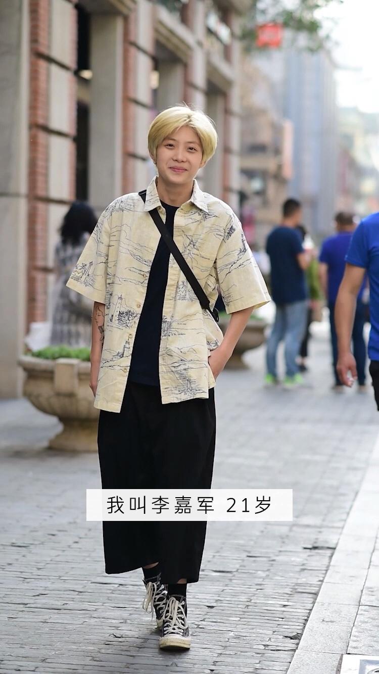 经纪人街头穿搭秀,最后一句话有没有说出你的心声?#忙着减肥?不如安排这条裤子~# 你们喜欢中性风的穿搭吗?