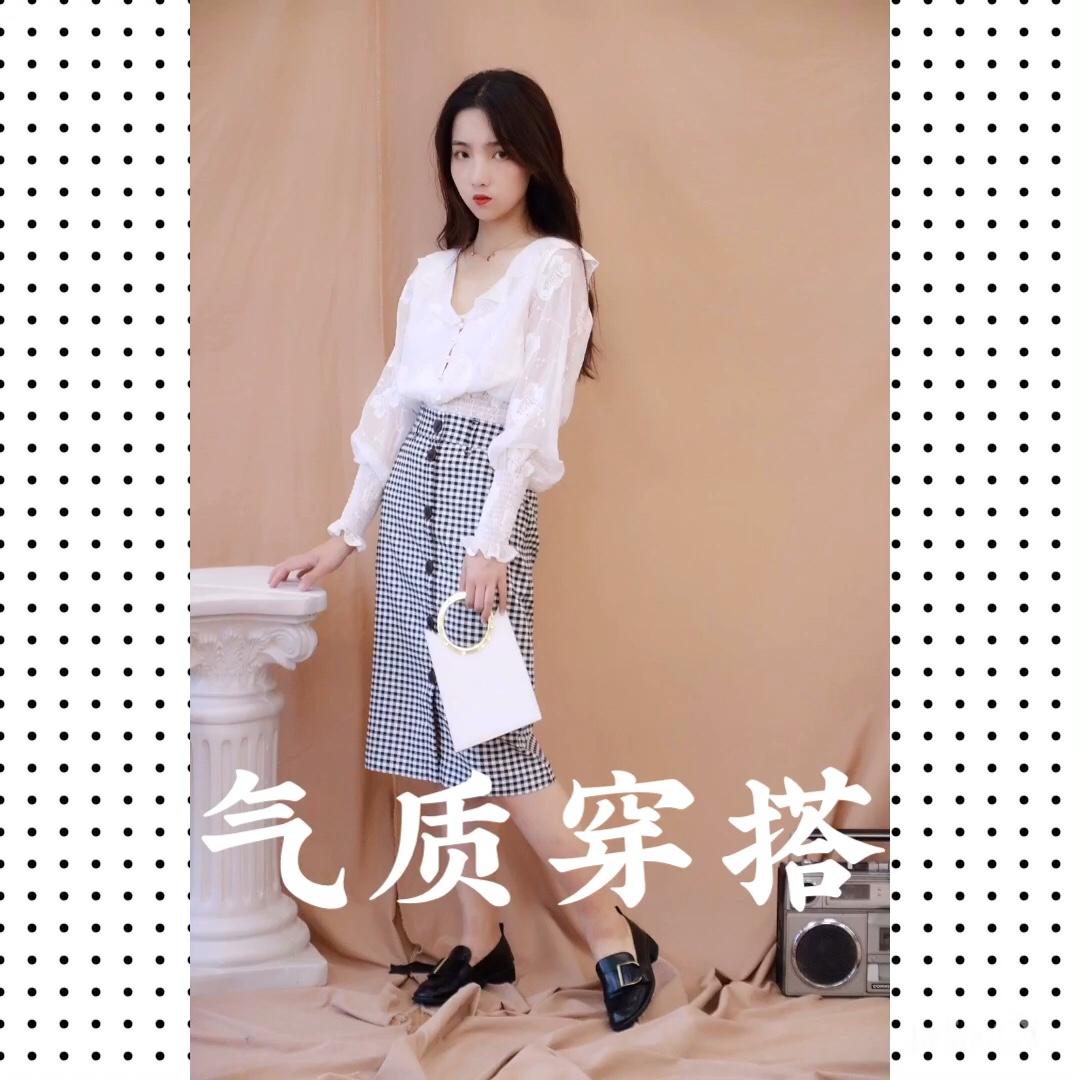 #蘑菇街新品测评#最经典的黑白搭配 上身复古高腰灯笼袖的设计,搭配复古格子半身裙,时尚又简单~矮妹 无敌显高的搭配✨✨✨