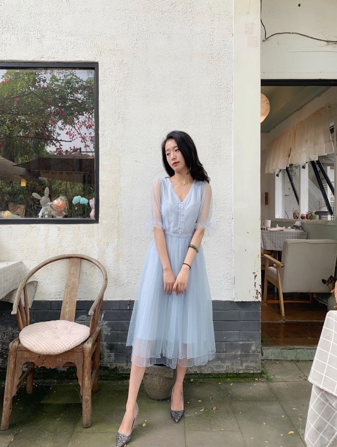 今日推荐💙 这个夏天,怎么可以不入手一件这样如此仙女的裙子。🍭 💫⚡️这种神仙颜色的蓝色,穿上更仙✨ 整个气场都安静下来了, 你就是小仙女。🌟 🍓搭配一双高跟鞋,又显高,又仙女。 👒搭个帽子也是可以的。百搭!!!!🍒 种草吧……👗#今夏最火:法式少女风,盘它!#