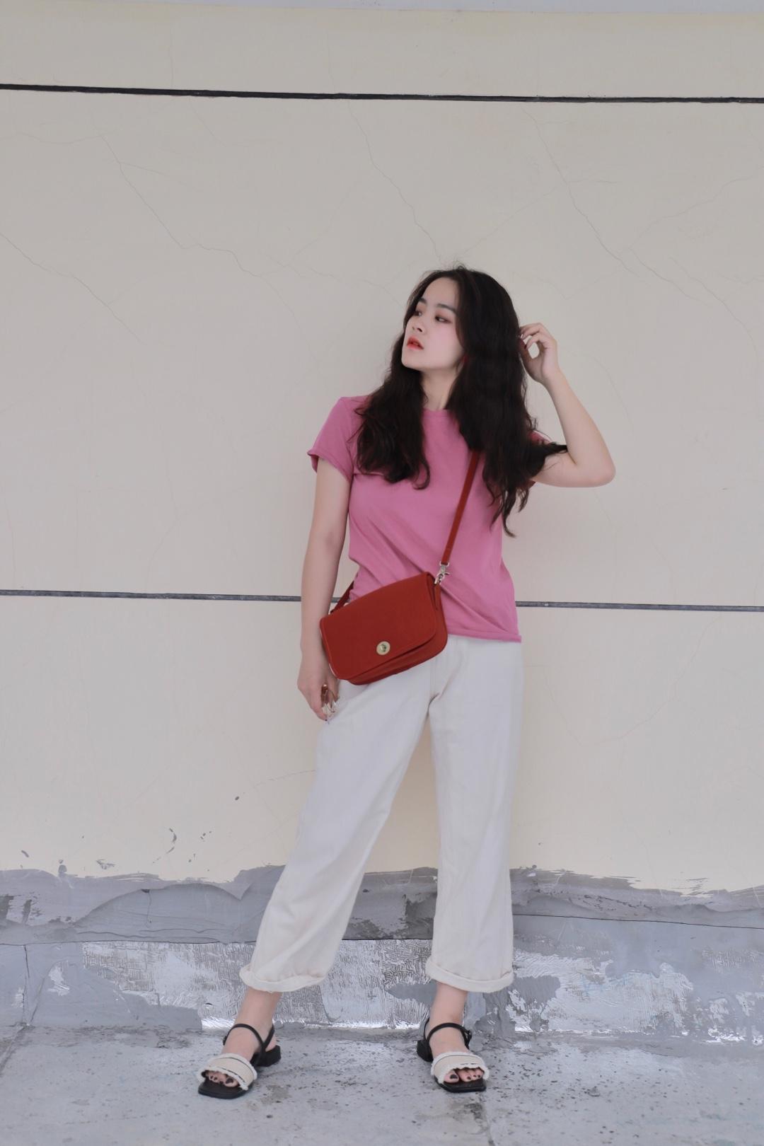 树莓粉圆领百搭T恤 搭配白色宽松阔腿牛仔裤 斜挎红色中古包包和一字带平底凉鞋 整套甜美复古 显高显瘦 #心机显瘦LOOK,稳坐朋友圈C位#