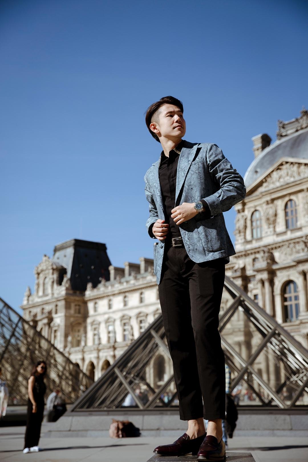 放晴后的巴黎天气格外地好,阳光慵懒地洒在身上。春天是乱穿衣的季节,午后你可以穿件T恤,踩着滑板;到了晚上你却裹上大衣,烤着餐厅的火炉……嗯,巴黎到处都是时尚的气息。 ————— 搭配单品: 西装:MasionLvchino 衬衫:ALEXANDER MCQUEEN 手表:劳力士 皮带:gucci 乐福鞋:Milch-Lei #小长假又双叒叕来啦!!#