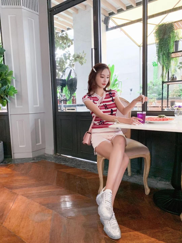 #穿搭❤️#短袖条纹字母设计非常的小清新,白色短裤可以露大长腿,穿着非常的简单轻松。 短袖-chanel 短裤-celine 老爹鞋-jimmy choo 包包-celine 手链-chanel