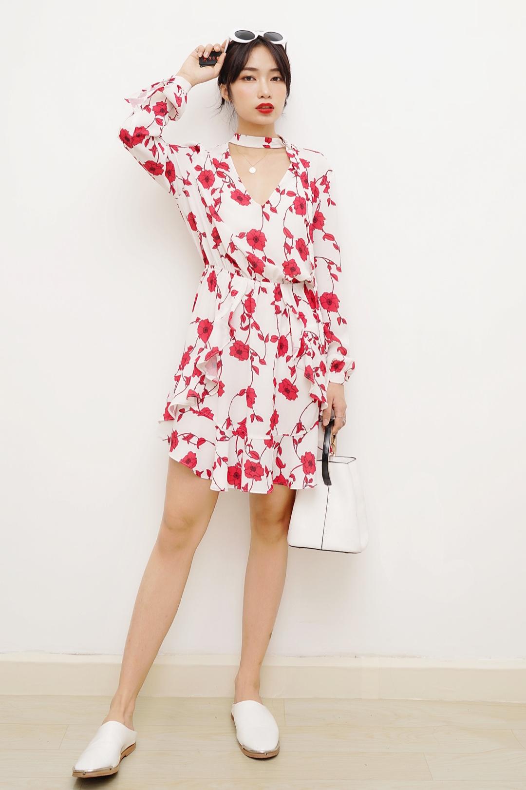 #今夏最火:法式少女风,盘它!# 今天分享一款法式度假穿搭~ 裙子白色底配上红色的花花明媚动人,裙子版型是法式度假裙,很多ins上欧美网红都有穿过,胸前深v的设计非常性感,适合平胸的妹子,画上大红唇,旅行拍照立马站C位~