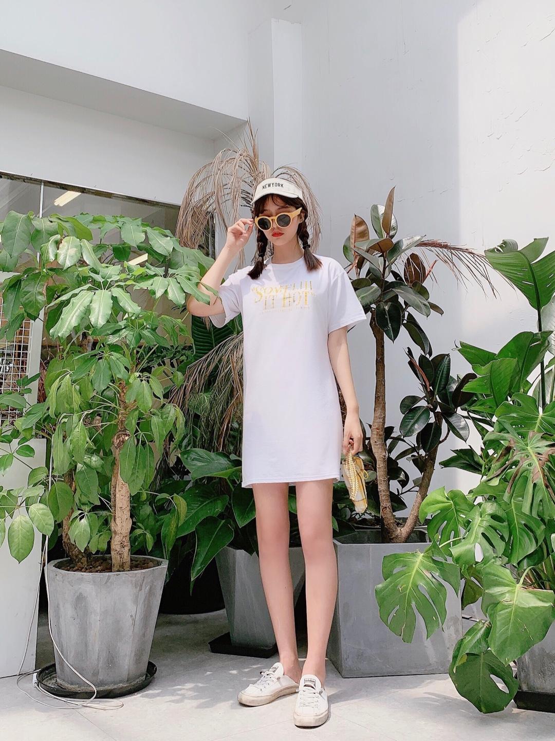 #拼身材秀清凉,瘦了一定这么穿!#  简单的一件t如何穿出时髦感 就是这件啦!来pick一下 一件简单的单品宽松t  舒服又好穿 搭上白色的棒球帽和黄色系的包包和眼镜 炒鸡舒服又好看的感觉哦 可爱又简单 很适合夏天的出街搭配啦~