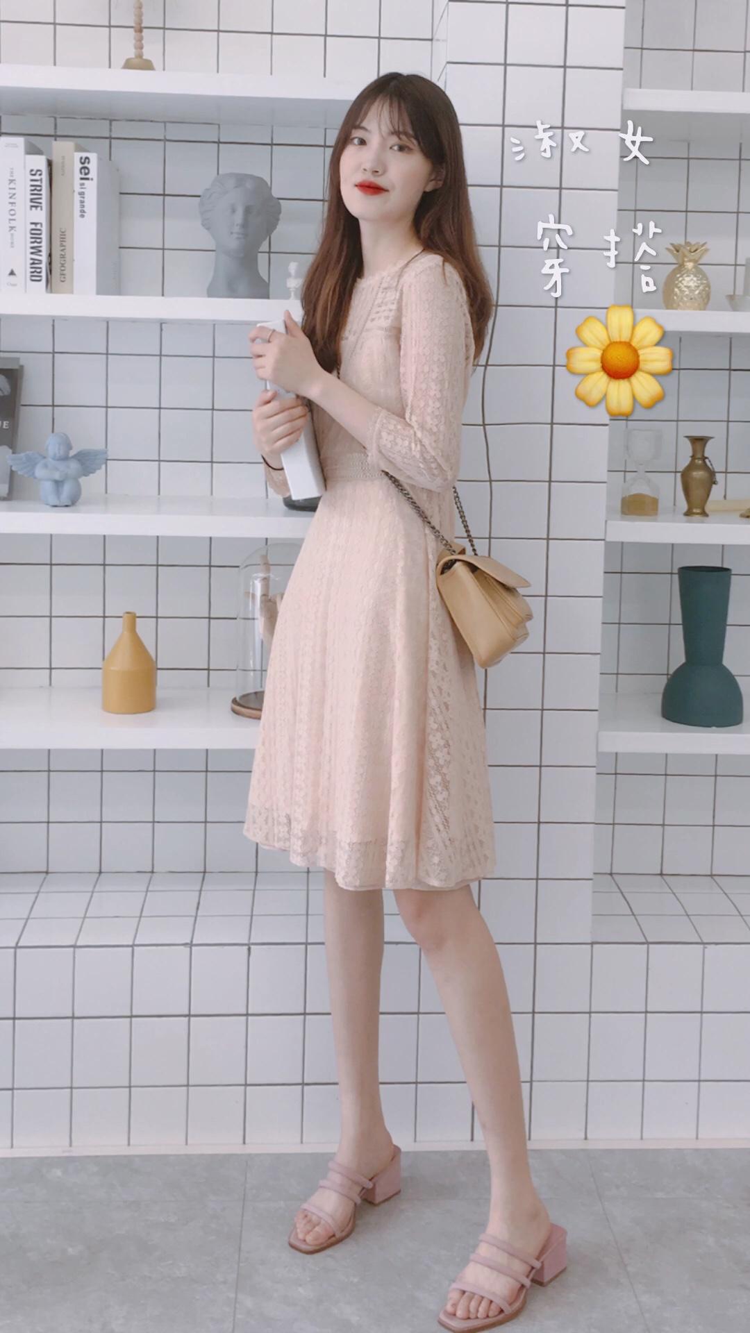 #水蜜桃季,穿成这样才讨喜!# 连衣裙:伊芙丽 黄色链条包:startown 凉鞋:pinkpunkplank 🌼🌼🌼