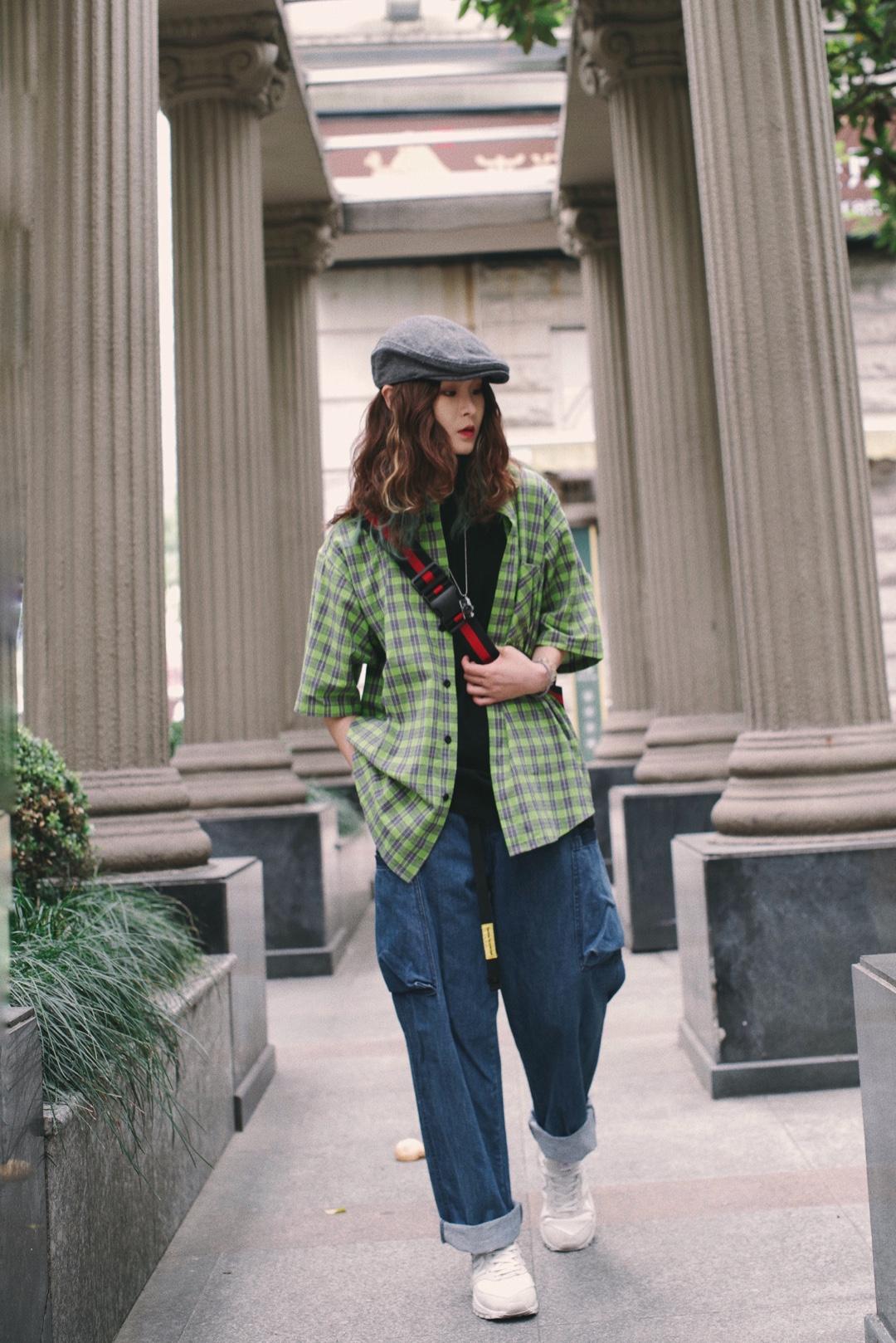这次想搭配比较街头复古的感觉,今年走在街头上绿色总是格外显眼,莫非2019在吹绿色的风??那我就上街收集绿色吧! 内搭:vengetice 衬衫:vengetice 绿色格纹口袋,领口胸口背后采用斜格处理,黑色辅助,同时口袋处白色印花点缀,整体设计简洁丰富,是夏日必备单品,非常百搭 裤子:dakyam 宽松口袋拉链牛仔裤,街头漫不经心的态度贴合街头的靛蓝色调,膝盖上的大口袋是特色,加长的腰带配上黄色点缀分外醒目,版型宽松且跨步较低,慵懒的即视感。 鞋子:NB #远离粗腿,遮腿出街利器get#