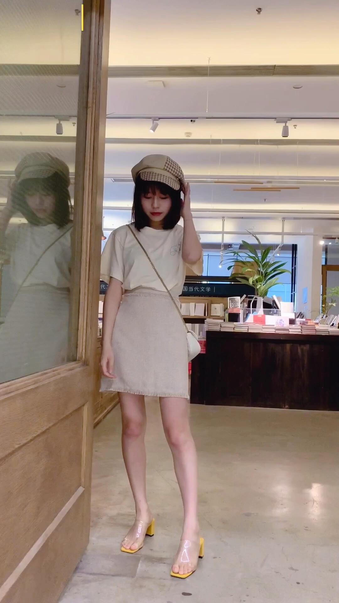 #拼身材秀清凉,瘦了一定这么穿!# T恤➕小香风半身裙➕透明凉鞋➕贝雷帽 小个子这么穿显高又显瘦! 高腰的搭配拉长腿型~ 透明的凉鞋简直是心机满满呀!
