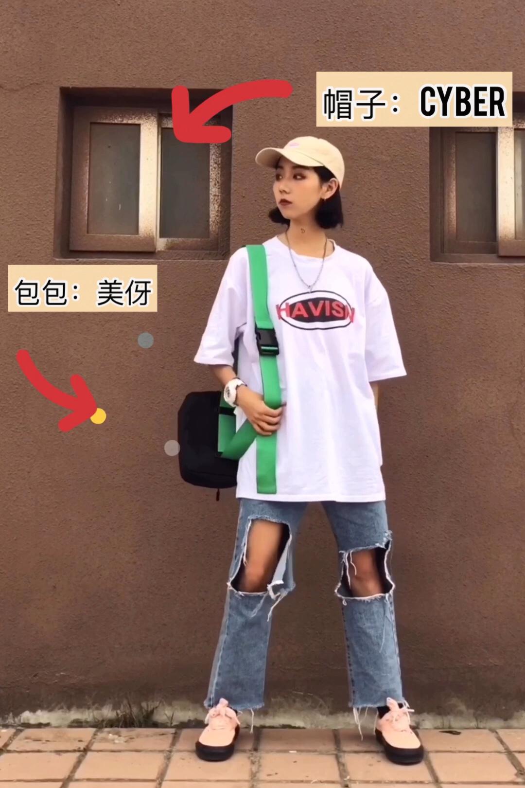 #拼身材秀清凉,瘦了一定这么穿!#  酒红色的短款t恤 修身显腿长  高腰破洞裤 修饰腿型很显高 上衣红和鞋子有色彩呼应可以加分!
