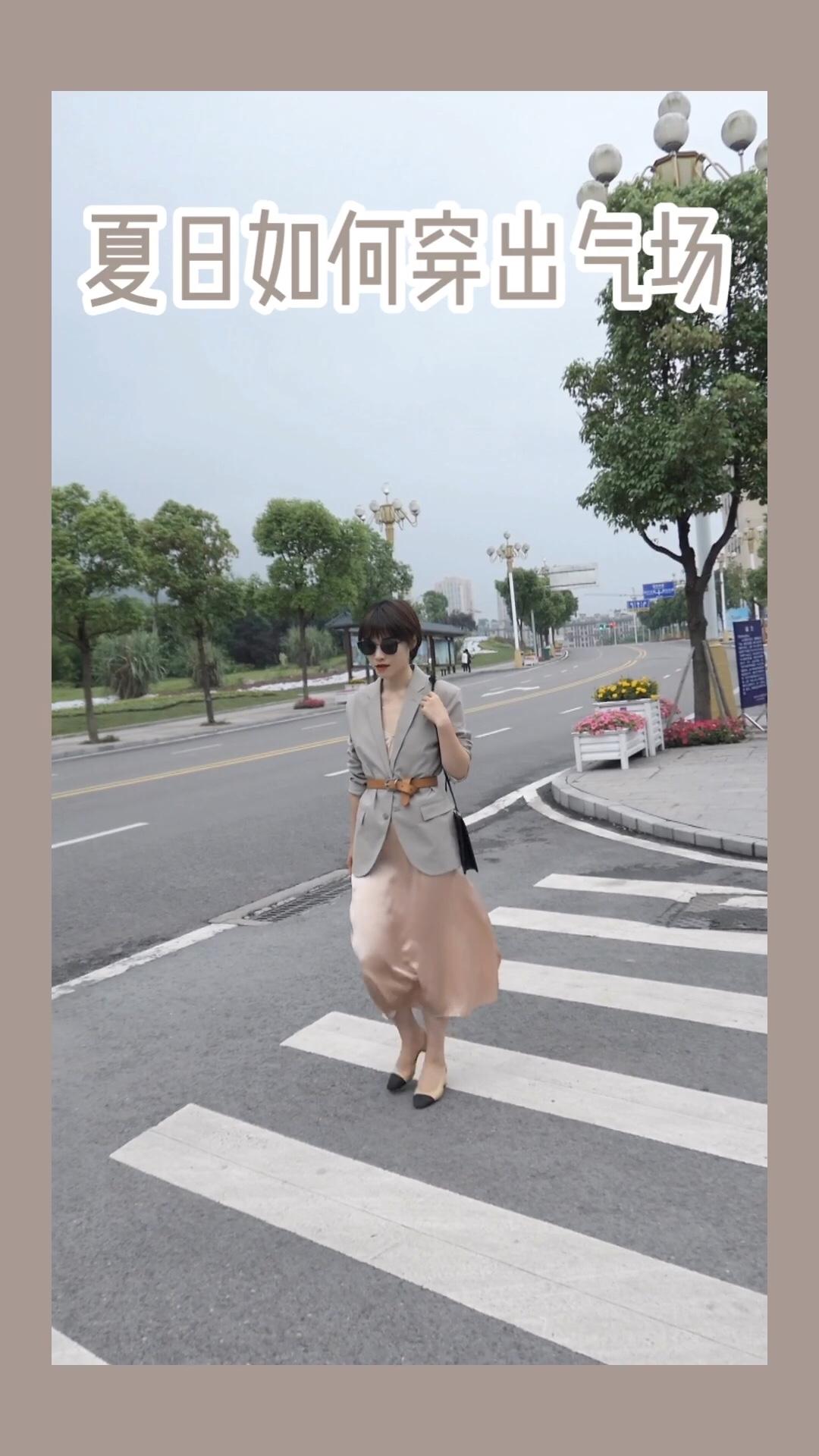 #水蜜桃季,穿成这样才讨喜!#  真丝吊带裙肉眼可见的质感,特别显高级!蜜桃粉色蜜桃特别衬肤色! 搭配米色廓形西装娘man平衡增加气场!
