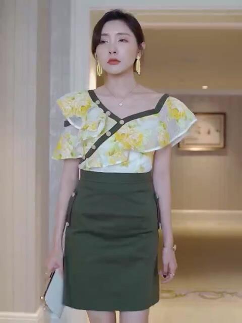 #毕业旅行穿搭,你还缺这套look!#  比较帅气的军绿色搭配黄色花朵🌼面料,显的帅气又不失女人味,斜肩设计,炒鸡显瘦哦,很适合日常穿着呦💕💕💕💕