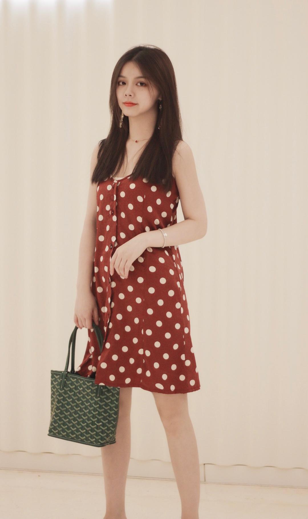 复古小波点吊带连衣裙 搭配互补色的戈雅mini小包 波点透明拖鞋,复古进行到底 #水蜜桃季,穿成这样才讨喜!#