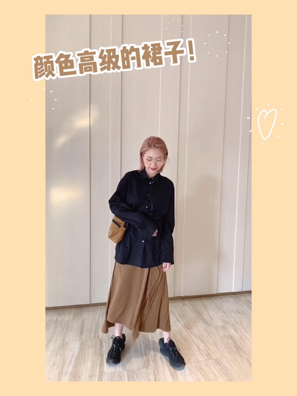 土黄色的不规则半裙非常高级好看。 搭配黑色的衬衫很好简洁大气 衬衫背后的开叉设计很小心机哦 同色系的包包看起来也很舒服 #提问:夏日如何穿出富家女感?#