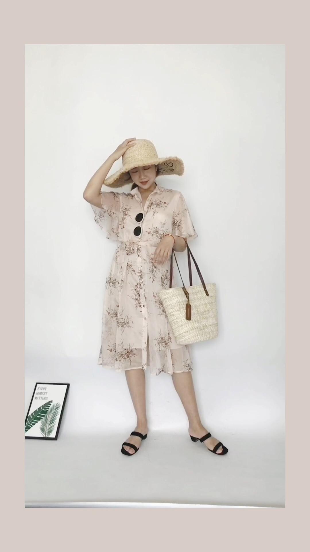 #水蜜桃季,穿成这样才讨喜!# 每日穿搭 这条裙子的颜色太适合夏季啦 蜜桃粉超级显白 雪纺材质很清凉适合夏天 搭配大檐帽度假也是不错的选择~