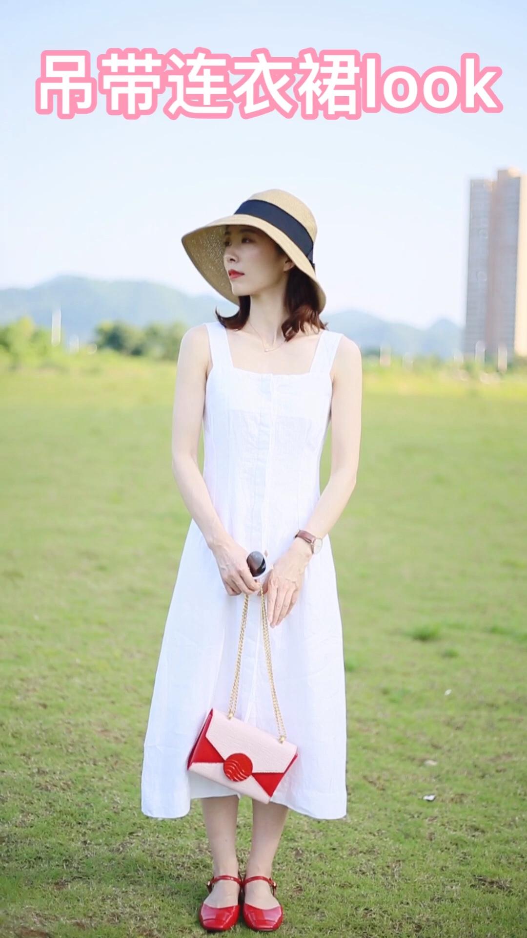 #618必入,不用修腿的小裙子!# 女生夏天一定要有的一条白色连衣裙 宽肩带的设计不用担心内衣的选择而且很遮副乳哦 搭配了红色小皮鞋和红色拼色包包 让本身白色的裙子很有色彩感 而且更加显白哦 收腰的设计很显瘦  个人非常喜欢的一套啦