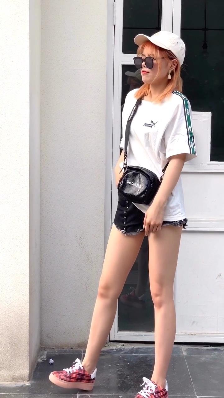 #30°C如何穿成行走的降温神器# 🐰白色T恤➕黑色铆钉牛仔短裤 ⭕️今天是酷酷的小姐姐💗 🏵黑白配简单又好看~十分帅气了 💜真的都非常百搭哦!橙色格子布鞋真的是点睛之笔啦哈哈~ 🎉白色T恤➕短裤可是夏季不可少的清凉舒适搭配🌞快快这么穿起来一定是街上最酷的小姐姐啦