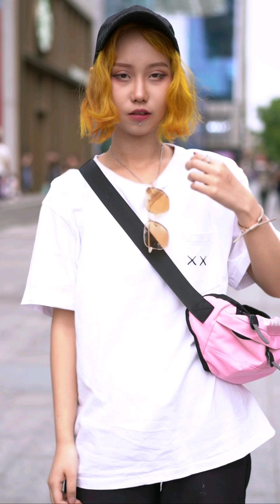 西安超酷的黄发小姐姐,看到她的联名款短袖我酸了!#街访# 你们喜欢什么颜色的短袖?