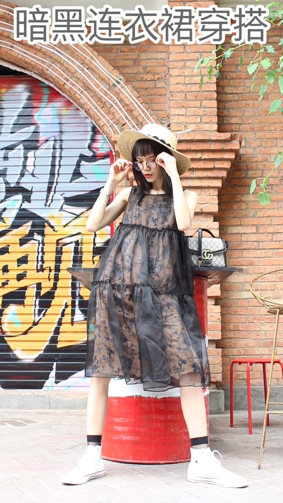 Jade今日穿搭分享/暗黑风〰️  今天给大家分享一套暗黑风穿搭! 希望你们会喜欢!! 方便又好穿的暗黑裙,双层沙布,柔软光滑,舒适亲肤又凉爽!而且垂感非常好。 搭配了白色匡威➕平顶草帽➕链条包 这样的穿搭很特别哦!喜欢点赞关注哦!🧡🧡 我每周都会给大家更新新的穿搭!#热skr人?这样穿太太太凉快!#