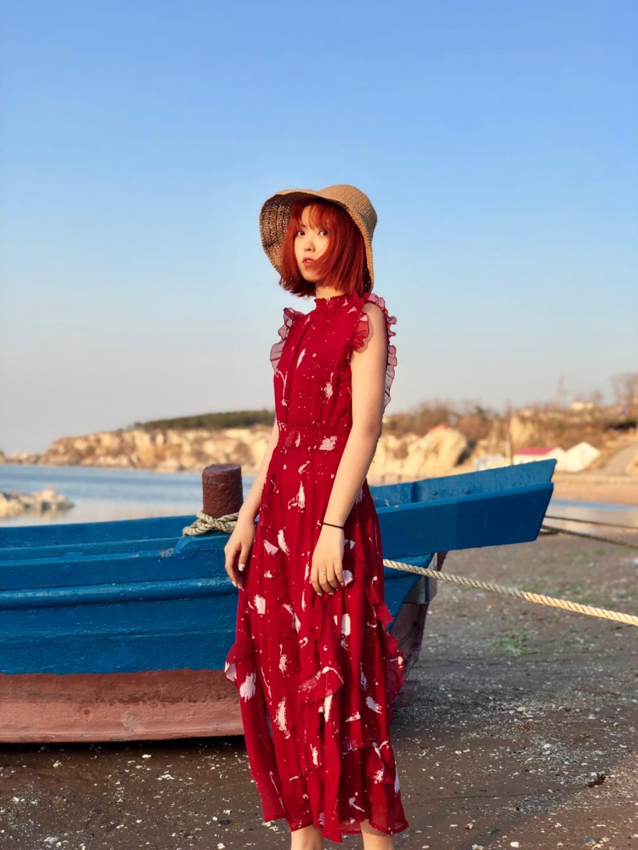 #你的毕业旅行箱缺了这条裙子!# 轻薄飘逸的雪纺面料,肩部廓形设计和高收腰的款式,十分的显瘦显高显身材!裙子的印花设计也十分好看不显得单调却又不张扬。颜色亮丽但又不扎眼,柔美典雅的风格,海边穿这套回头率百分百!
