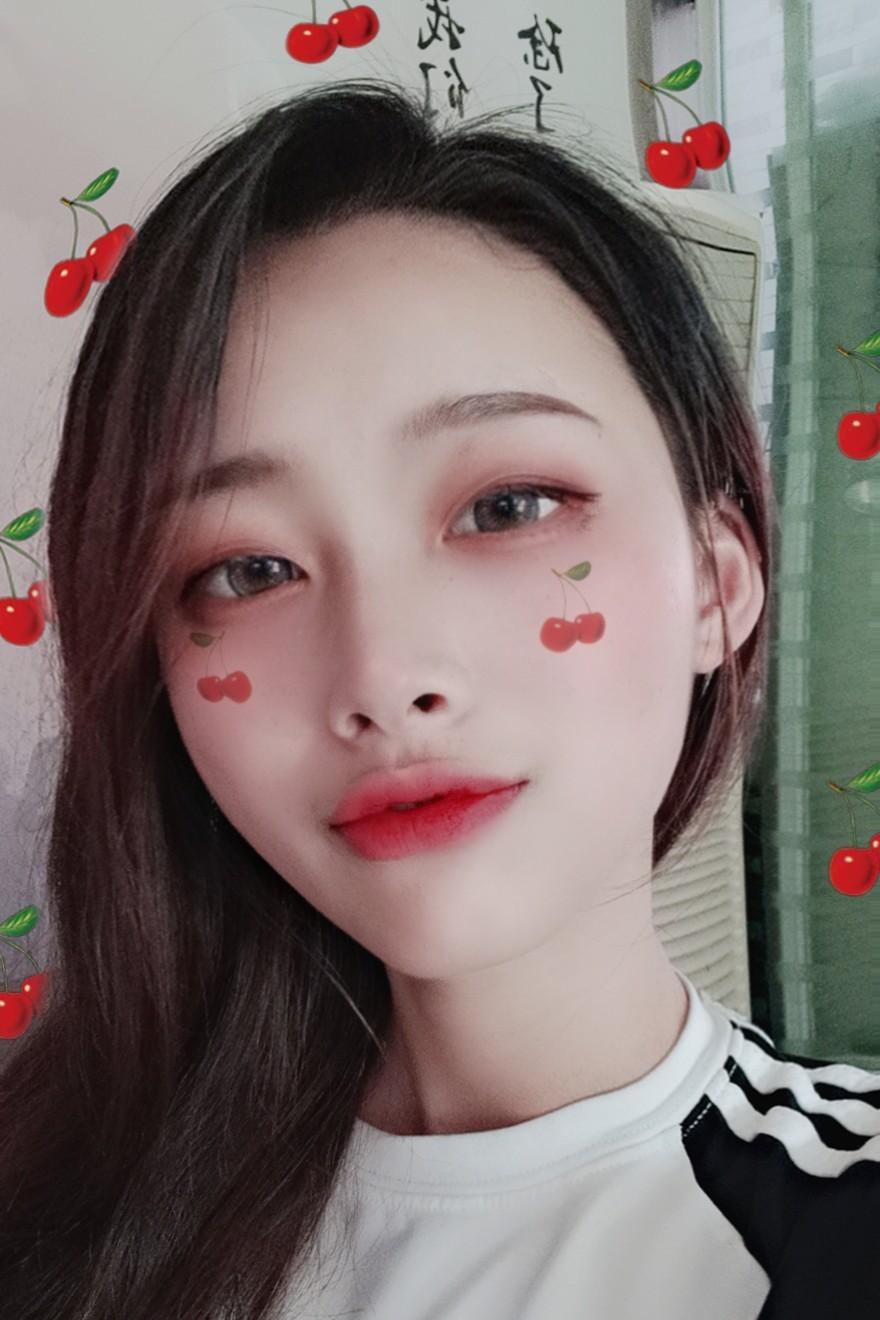 ♥한국的妆容 ♡画了一个韩系的妆容😋😋😋 >韩妆的经典平眉☺☺ >眼影选择大地色偏红系的,(可能看不出来,有亮闪哦!) >OMG!!口红这家的这个色真的超好看❤❤❤   注意修容哦⊙∀⊙!😉😉