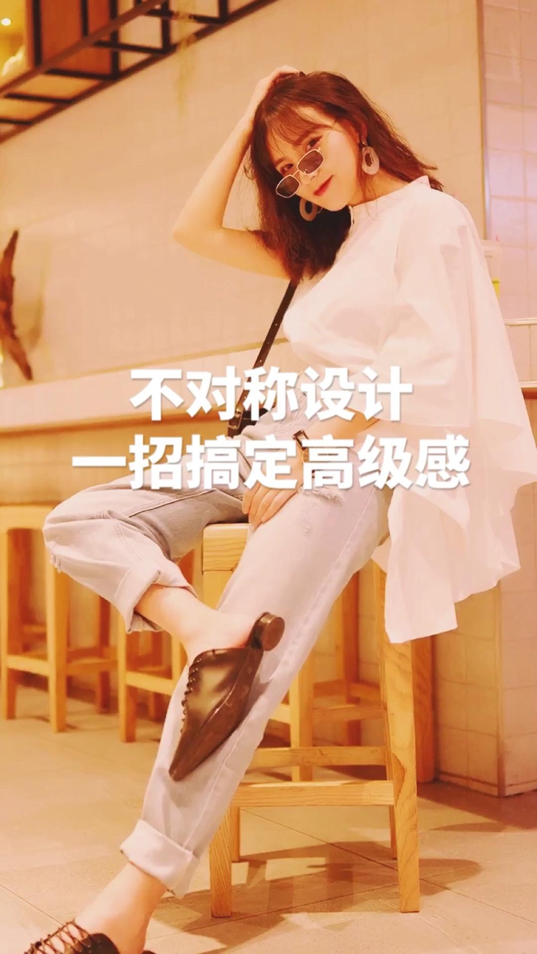 卫公子穿搭||经典好穿时髦感单品推荐 #上衣短一截,两米长腿新捷径#  一件设计感的衣服可以提升一整个look的时髦度 比如我身上的这件上衣左右不对称的设计贼拉风 一条简单的牛仔裤就可以轻松搞定,配饰上用经典的黑白色不会抢戏,整体简单大方又充满时髦感,满满的高级感