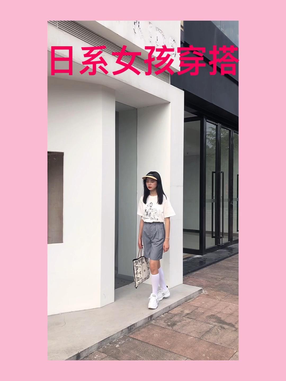 #假如小长假只能带三套衣服…#T恤➕西装裤➕运动鞋➕遮阳帽 这个搭配真的!日系女孩本人!从来没有觉得白色T恤还能搭配出这种效果哈哈哈哈 一开始只是试一试 没想到效果这么好看哎 搭配西装裤真的惊喜 我选择的是一条灰色的西装裤 这个颜色有一种日本小女孩校服的感觉 搭配一双白色中筒袜白色运动鞋真的好干净呀!我还搭配了一个手提包 看上去有没有很搭呢