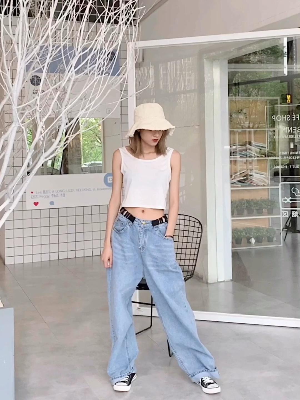 """#最火泫雅风,你要的颜色我都有# 【上装】白色露背交叉背心 【下装】泫雅风低腰牛仔阔腿裤 🌈🌈🌈 跟着""""小野马""""来学穿搭吧!泫雅女神的身材真是好的不得了,短打白色露背,加上低腰的牛仔裤,超级清爽的穿搭。而且这样的低腰牛仔裤,正好可以展示出女神的马甲线,这样的好身材,谁穿谁知道。所以如果喜欢健身的小姐姐,想要露出你们性感的马甲线时,这样的既性感又休闲的穿搭,你值得拥有。"""