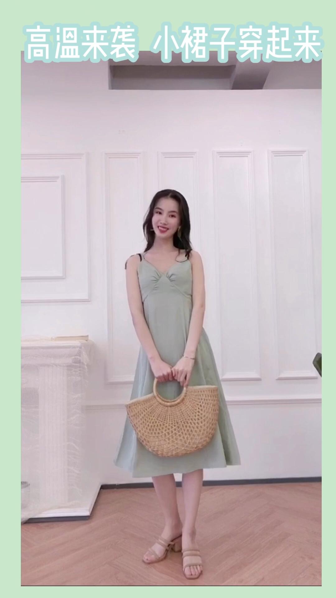 【清凉裙】  裙子:icy 鞋子:pinkpunkplank  超级爱这条裙子 吊带的小性感 加茶色的温柔 天呐 太爱了 #蘑菇街新品测评#