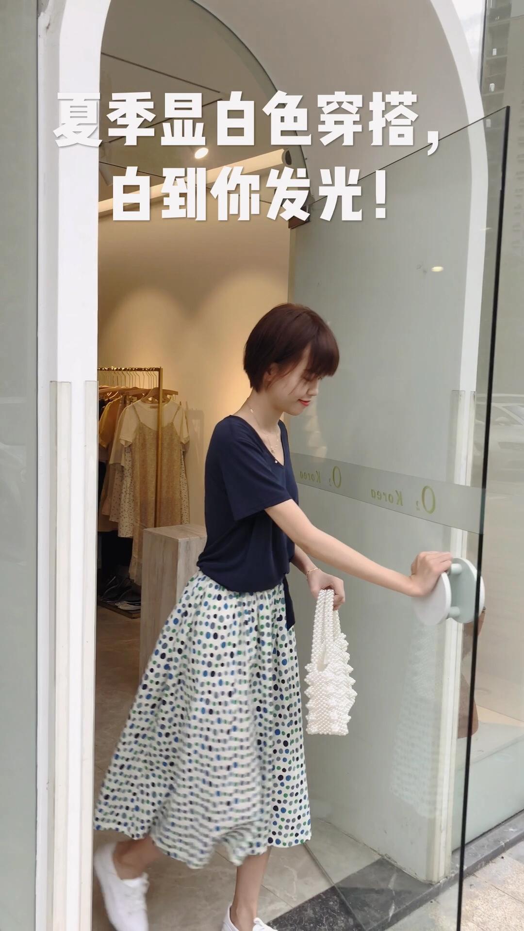 #夏季显白色穿搭,白到你反光!# 这个属于蓝多一点的灰蓝 深蓝灰 也是很高级的感觉😛 超级显白 怎么搭配都好看呢 我搭配了半裙 夏天觉得不想露腿的 穿这条 很文艺很有范 瞬间韩系小姐姐🤩