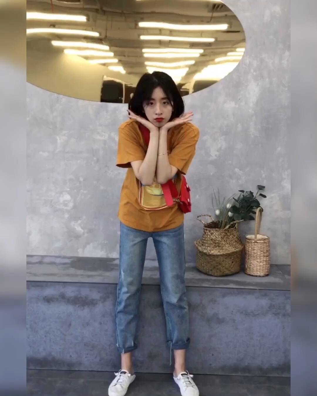 #蘑菇街新品测评# 显瘦显高的一套穿哒 姜黄色的T恤就该配个牛仔裤呀
