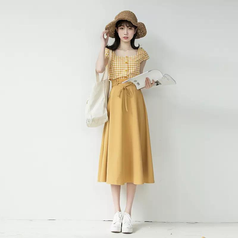 夏天穿出少女范只需要一套质感舒适的黄色格子衬衫加黄色半裙,上衣是背心款格子衬衫,下身是显瘦的A字版型半身裙,显白又时尚#夏季显白色穿搭,白到你反光!#