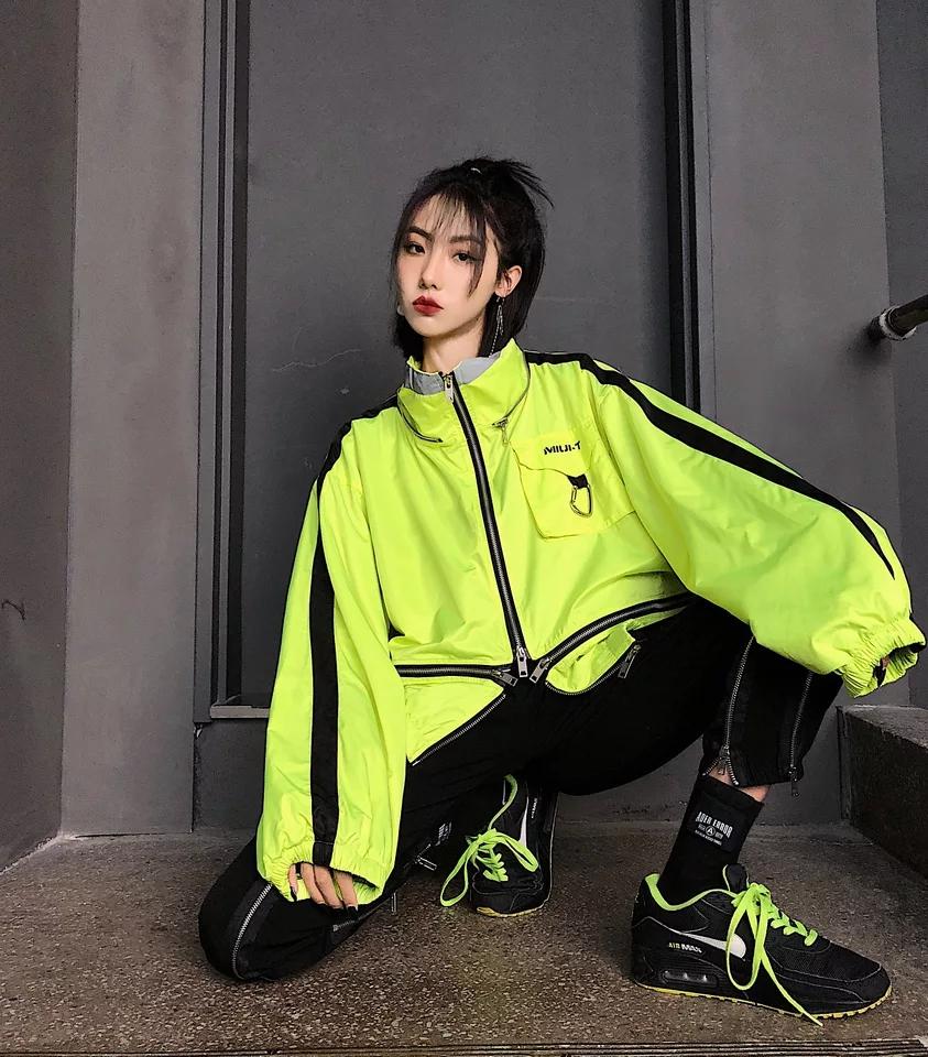 嘻哈风格的冲锋衣,是扮酷的不错的选择 高领口设计,将拉链全部拉上更有痞痞的潮人范儿 细节设计看图就知道的精致;选了非常帅气的荧光绿,希望你们喜欢#夏日防晒衣精选!小长假必备!#