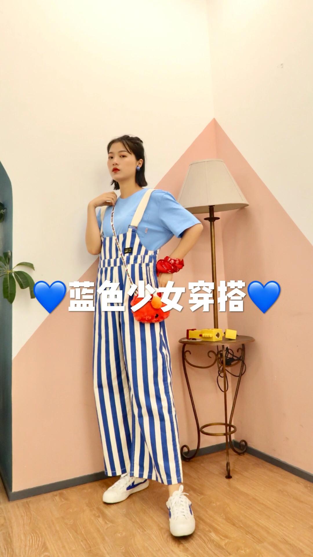 #蘑菇街新品测评# 穿上这套 秒变学生妹 少女感十足 甜甜的恋爱马上发生哦 蓝色T恤超级显白 条纹背带也很耐看