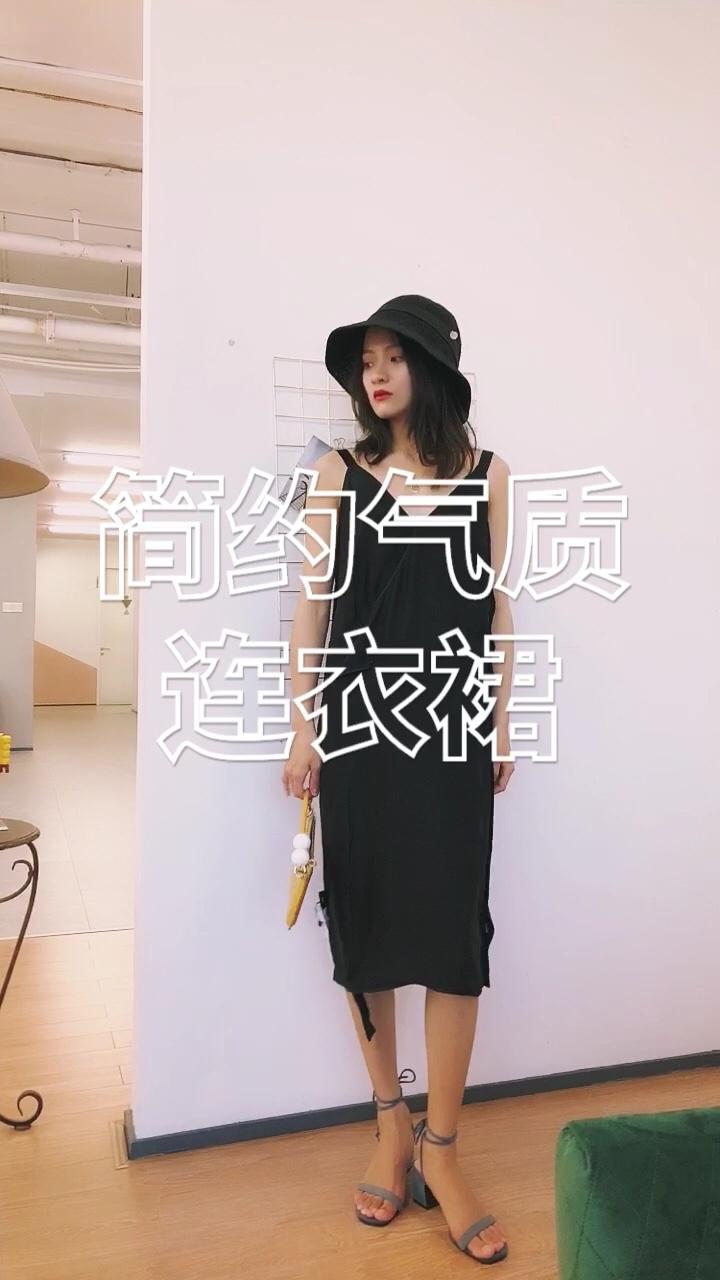 #假如小长假只能带三套衣服…# 黑色连衣裙总是特别显气质 jnby的款式也一向简约大方 这一身看起来特别优雅 黑色草帽、细项链很增加优雅感 黄色包包点缀其间 特别女神!