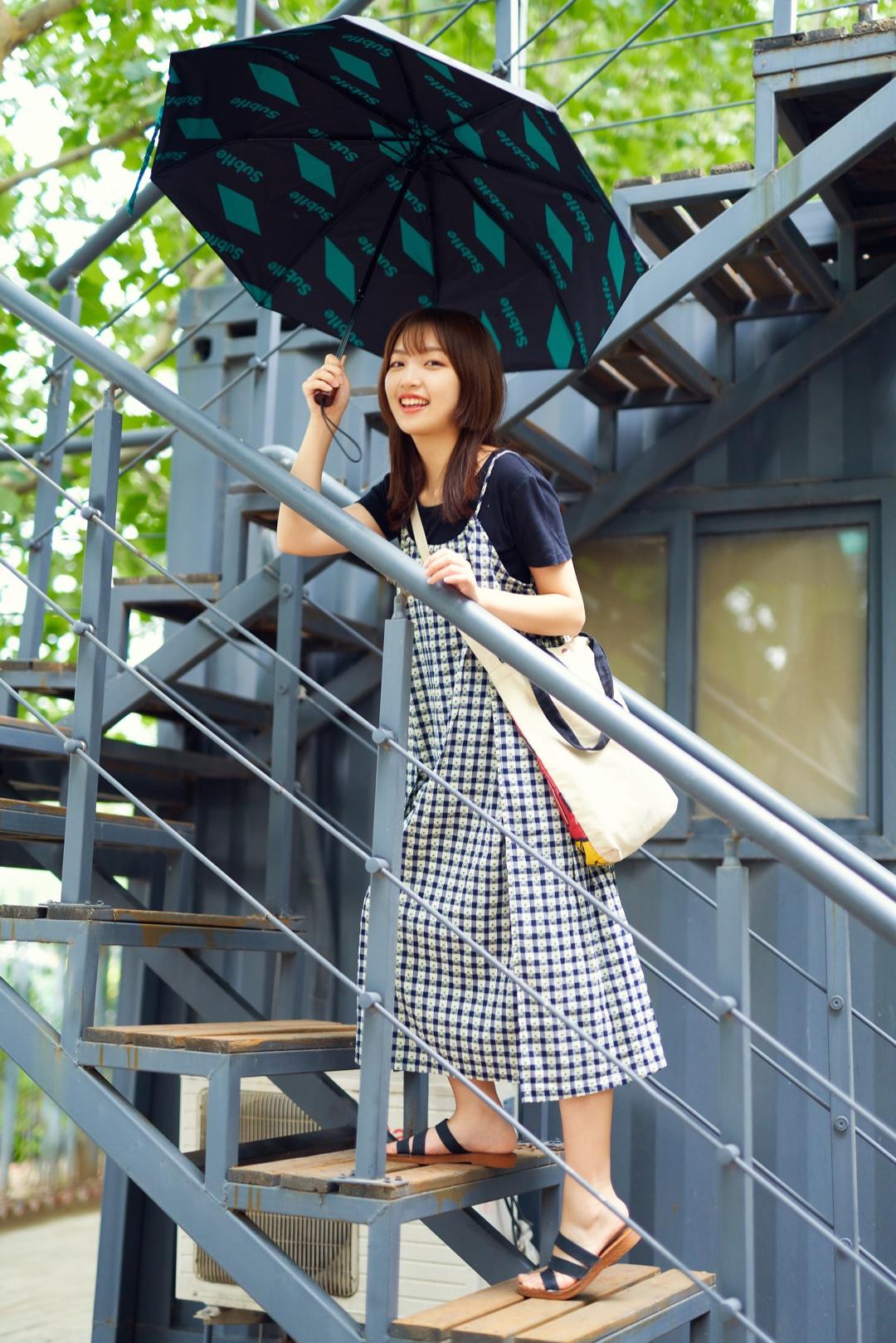 """#618必入,不用修腿的小裙子!#  非常日系小清新的一身 吊带裙内搭T恤无敌少女 宽大的版型超级遮肉肉 不过有时候也会显得有点""""孕"""" 这把伞我很喜欢 很运动很酷质量很好"""
