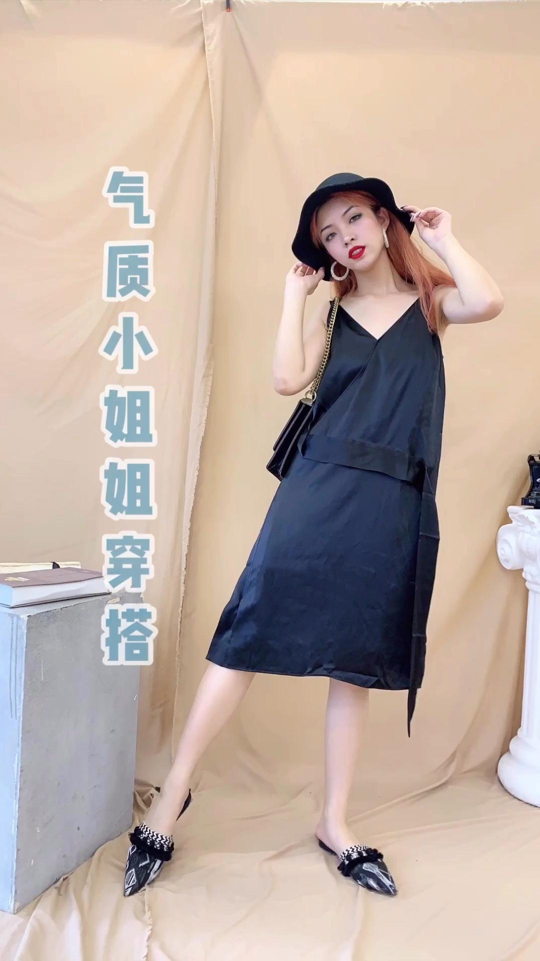 #蘑菇街新品测评# 显瘦优雅的V领连衣裙 缎面的材质非常淑女 颜色比较稳重 很大方 看似普通的款式 实际上暗含小心机 腰部的飘带给整个造型加分不少