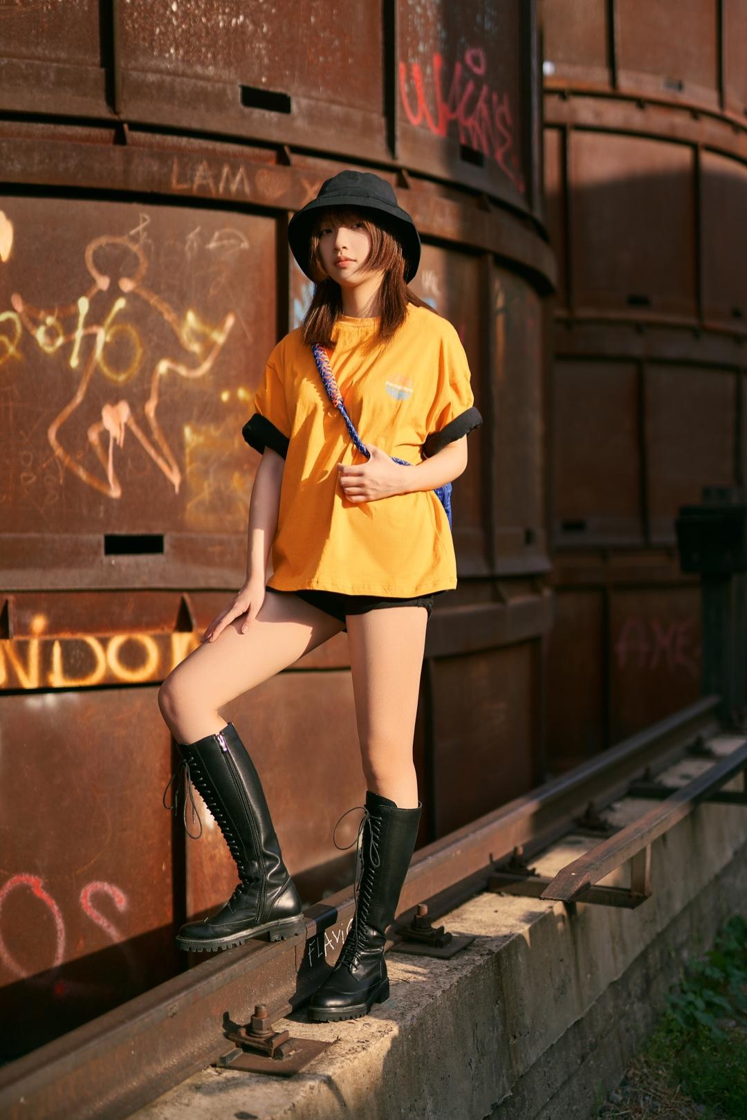 #还没有男友,网红穿搭术给你!#  超级亮眼好看的橙色T恤 用了一种很厉害的穿法 虽然很热.. 就是2件T恤套着穿 蓝色包包和橙色的撞色也炒鸡亮眼