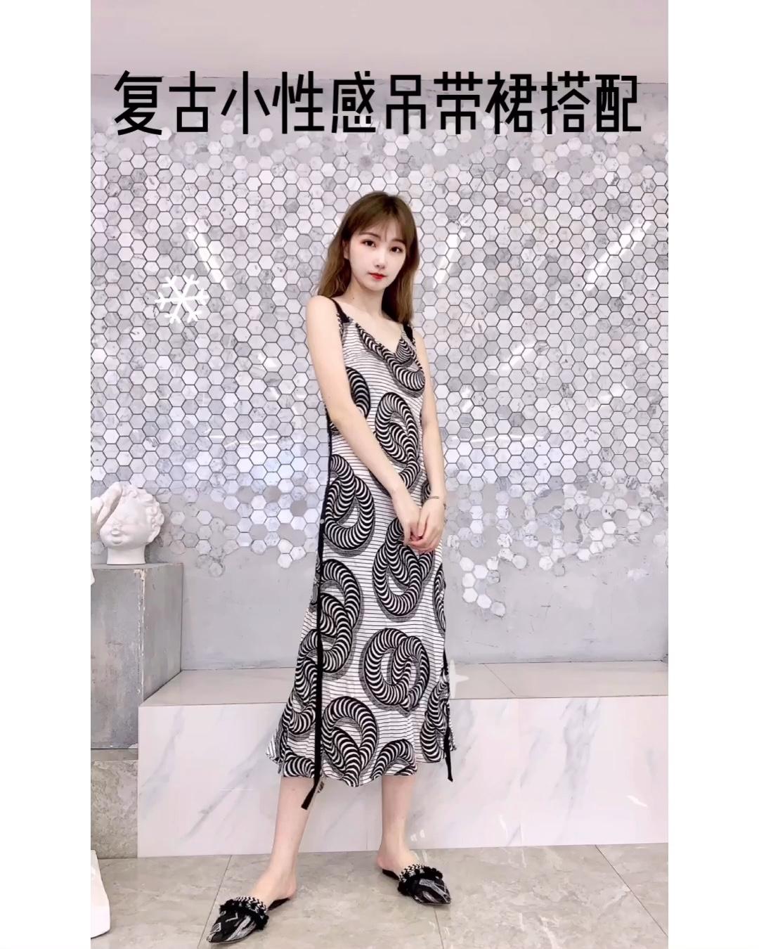 #蘑菇街新品测评# 超级复古显身材一件吊带裙~ 材质穿上身也是超级舒服的,蚕丝的高级面料质感真的与众不同 吊带裙身的图案 像是性感的蛇蝎女人 又有一种神秘的气息 非常好的勾勒出身材曲线哦