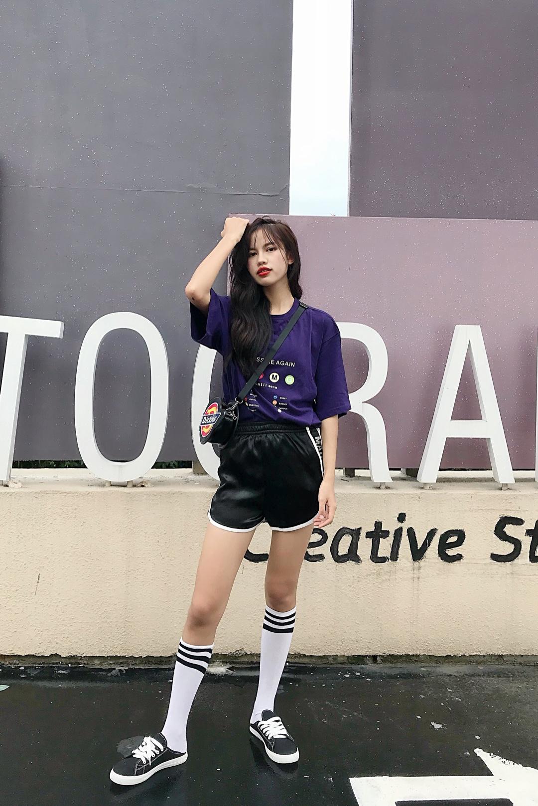 #5月不减肥,6月照样筷子腿!# 非常超酷时尚的一套穿搭 上衣:图案非常简约好看,颜色也是非常百搭显瘦的深紫色,很适合走潮酷风格的小姐姐们哦 裤子:也是非常百搭的短裤,运动风格和各种风格都能轻松搭配上,而且穿着非常舒服 鞋子:非常百搭的小黑鞋,一年四季都能穿哦