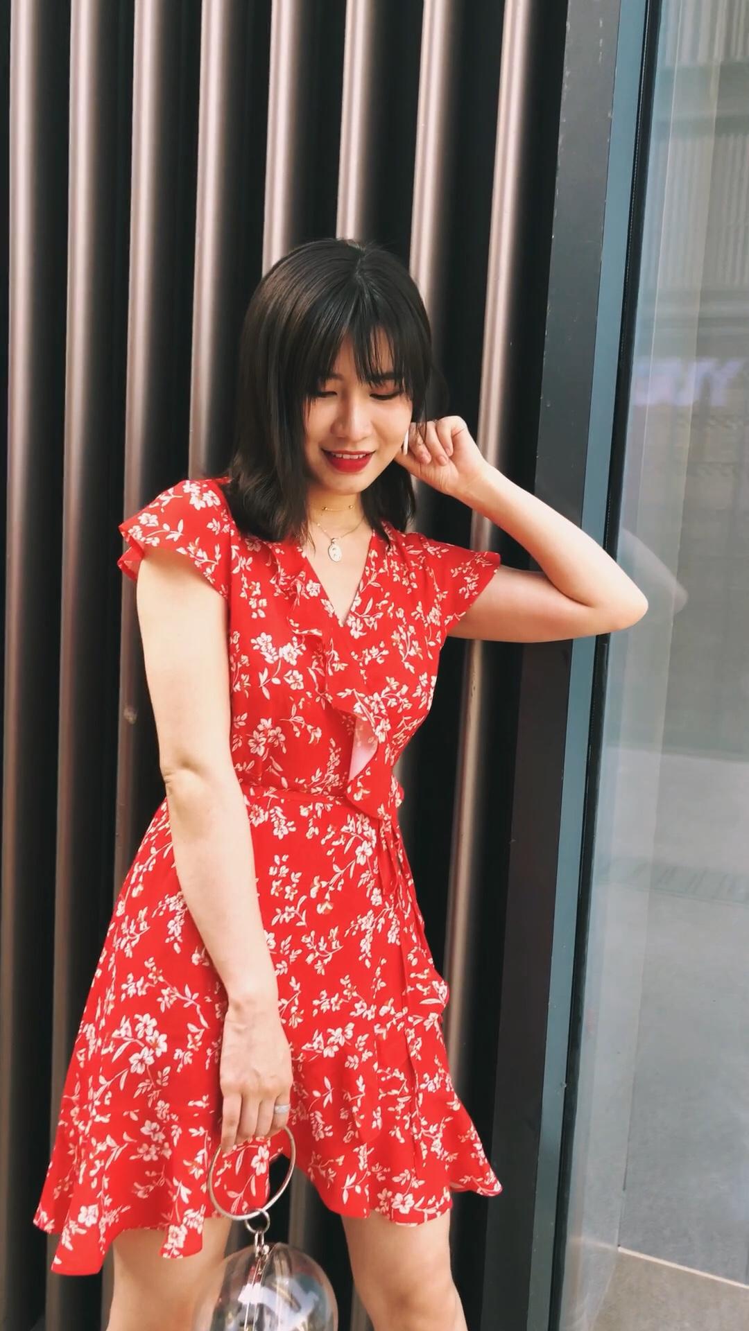 嘻嘻~碎花裙,讨喜的红色,夏日就是要璀璨夺目啦~#夏季显白色穿搭,白到你反光!#
