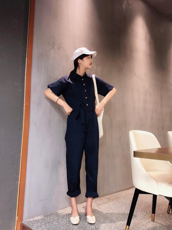 #懒人福音,套装出门省心100分#  出游的一套舒服搭配 一件套装穿的搭配简直太方便啦! 搭配上棒球帽🧢和白色帆布包 特别简单又舒服的单品搭配啦 很简约也很简单的舒服一套哦~