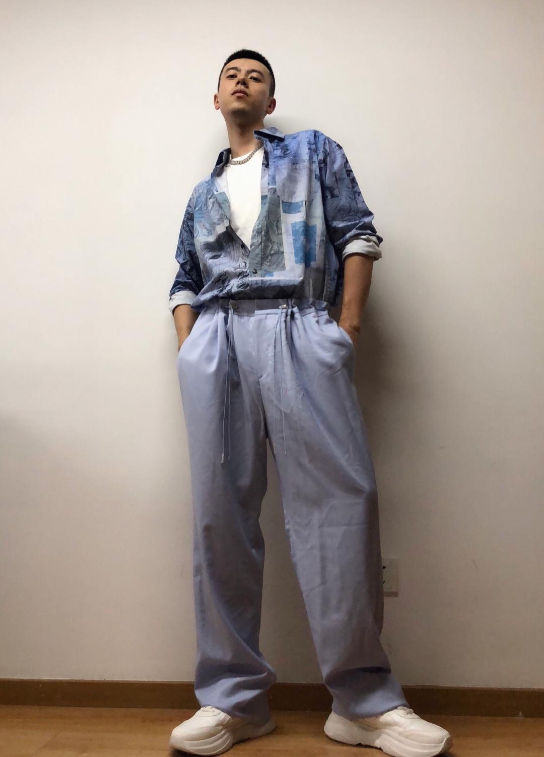 淡紫色抽绳宽松西裤,搭配航海风印花衬衫,再穿双小白鞋、戴条链子,带来清爽又复古的雅痞街头感。#端午假,做朋友圈点赞收割机#
