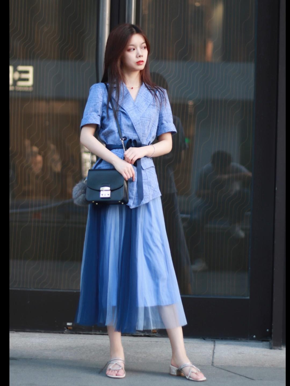 收腰短袖式西装完美修饰了身形 搭配网纱裙稳重中不失优雅 经典芙拉包增添气质 #618必入,不用修腿的小裙子!#