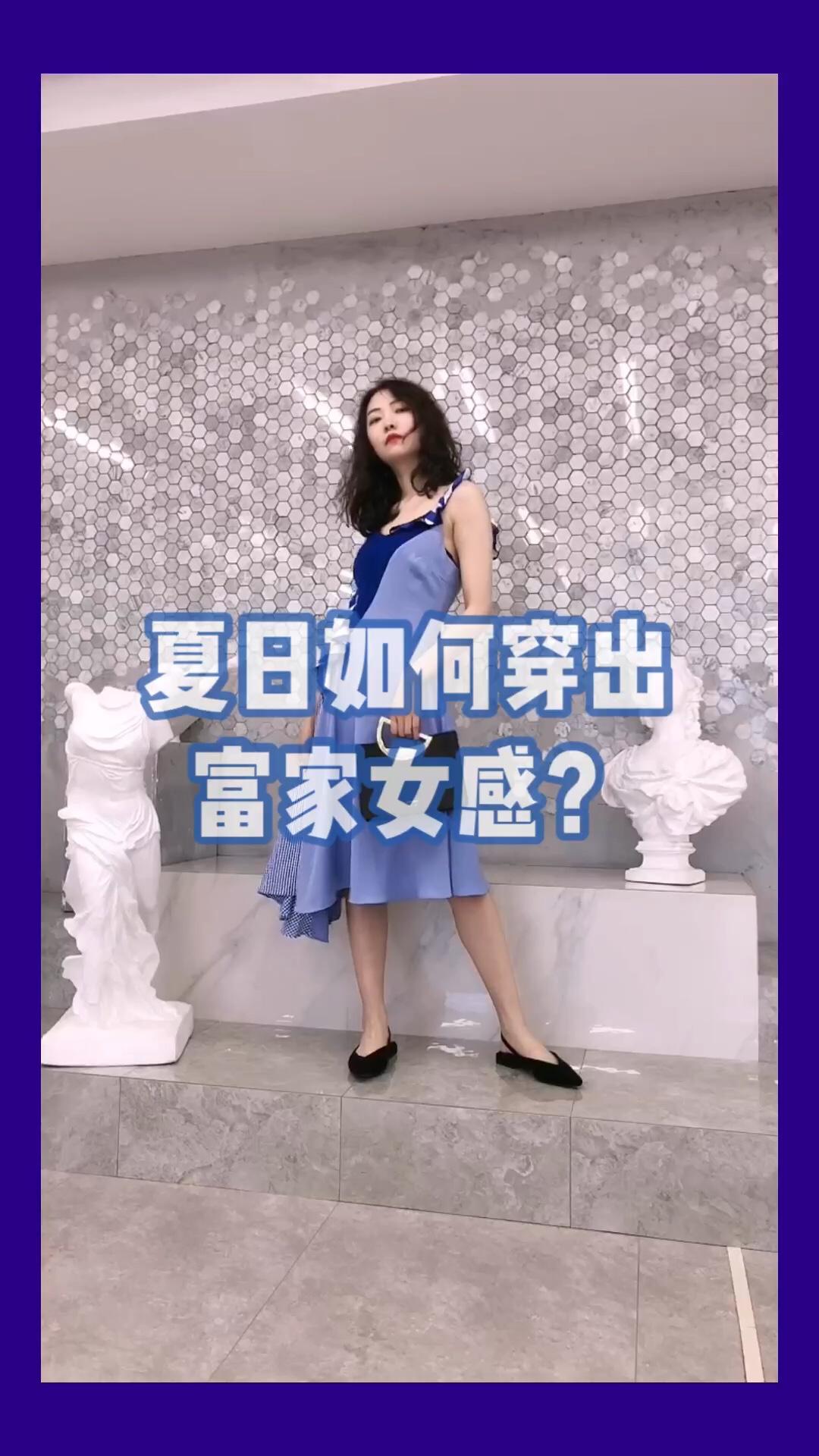 #夏日如何穿出富家女感?# 蓝色格纹连衣裙 不同不同设计 一边是木耳边一边是细肩带 裙子做了很多拼接 不同颜色的拼接 不同格纹的拼接 垂感也很好 看着就是一件很有质感的连衣裙