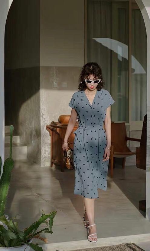 #盛夏出游,防晒消暑还好看!# 慵懒法式波点裙,翻领设计十分帅气,腰部又十分显瘦,大大的提高了腰线,拉长了腿部,下摆又十分女人味,精干又浪漫
