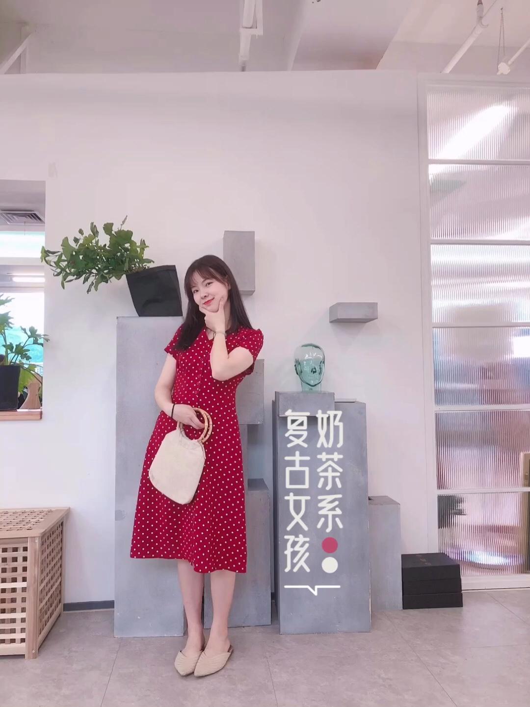 【复古女孩-奶茶色】 裙子:秋水伊人 包包:尤今的店 这个夏天你是否还是黑白灰 夏天试试看温柔又复古的奶茶色系 这条红色波点连衣裙有点小复古 优雅大方的V领设计 垂坠感超好的面料 很给身材加分哦~ #蘑菇街新品测评#