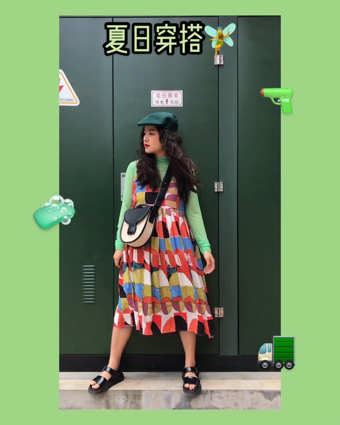 绿色印花圆领宽松短袖T恤 搭配一排扣半身短牛仔裙 斜挎黄色包包和草编平底凉鞋 整套清新甜美 活力满满 #神仙级显瘦连衣裙,早买早瘦!#